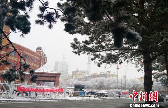 """新疆北部""""山城""""迎初雪"""