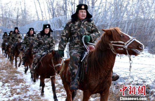 牧民转场季 新疆边防官兵加强边境巡查