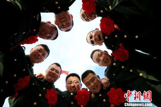 新疆军区某训练基地多种形式送别退伍老兵