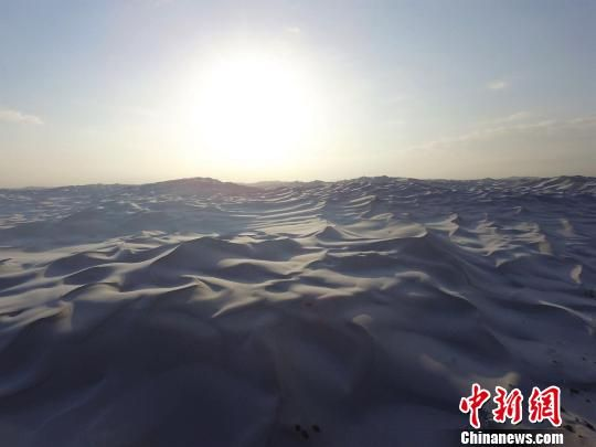 新疆鄯善库木塔格沙漠雪后日出银装素裹