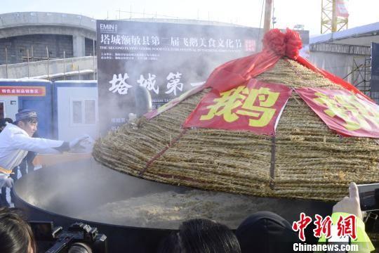 """超大锅""""飞鹅""""抓饭亮相新疆"""