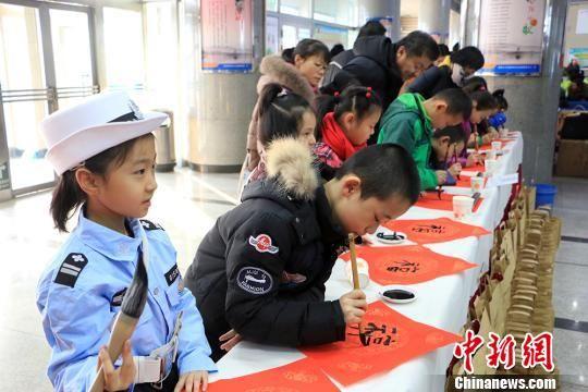 乌鲁木齐小学生客运站现场为旅客书写福字春联