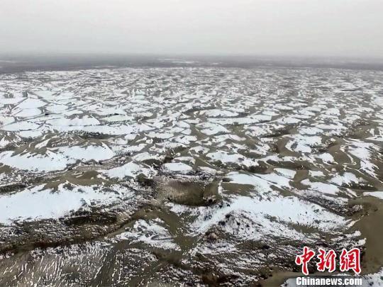航拍塔克拉玛干沙漠雪后美景