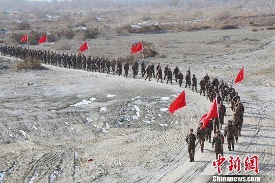 新疆兵团南部民兵沙漠中拉练