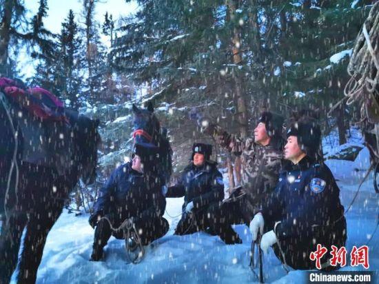 新疆阿勒泰:顶风冒雪巡边踏查