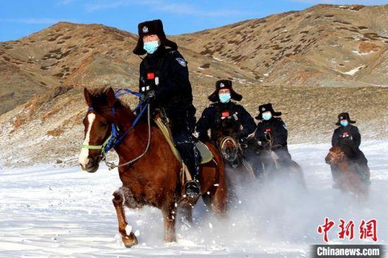新疆伊吾县普降大雪 民警零下27℃骑马踏雪巡边