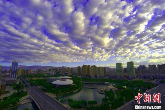 雨后初霁 新疆库尔勒市彩云映照城市如梦如幻