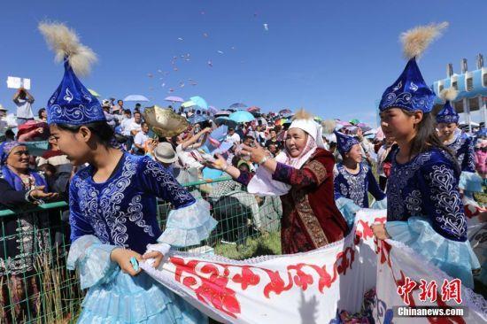 新疆巴里坤草原上的运动会尽展哈萨克族民俗文化