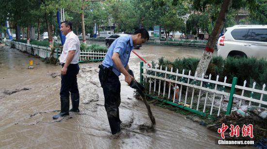 新疆民警在抗洪一线 抗洪、清淤工作达20个小时