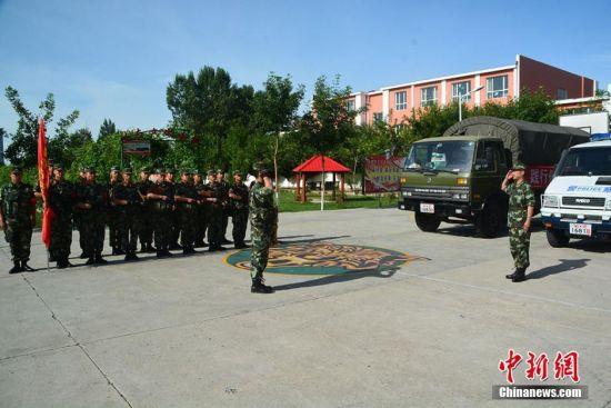 入伏天新疆哈巴河边防战士开展野外拉练活动