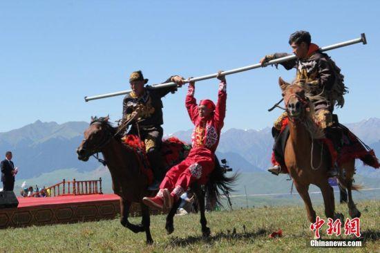 新疆哈萨克族骑手喀拉峻草原展示马上绝技