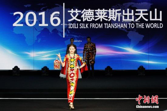 模特T台展示新疆艾德莱斯创意作品
