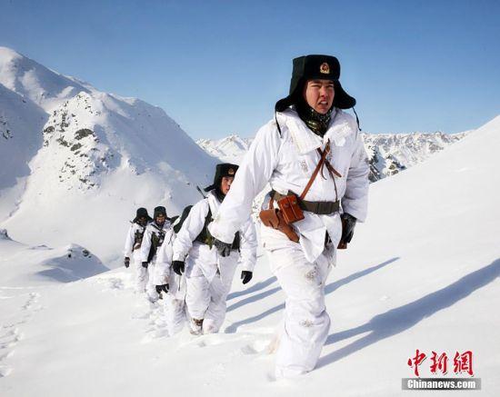 新疆塔克什肯边防连三九天踏雪巡边