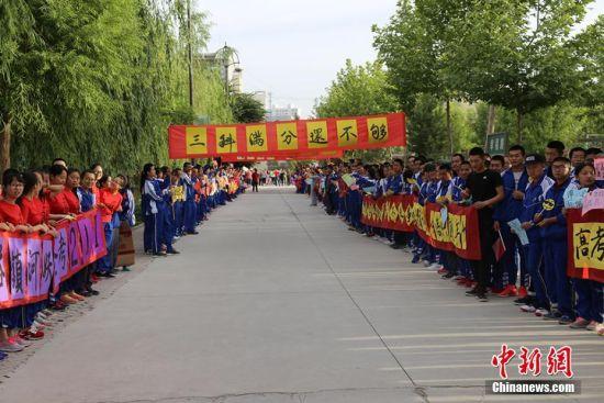 """新疆兵团南部中学为高考学子""""送考"""""""