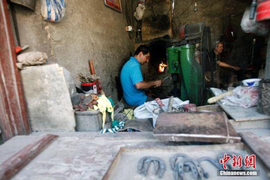 新疆喀什进入旅游旺季古老手工艺吸睛