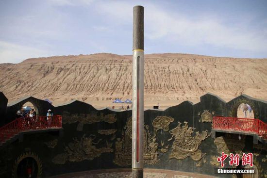 """新疆吐鲁番高温达45℃ 火焰山""""定海神针""""达70℃"""