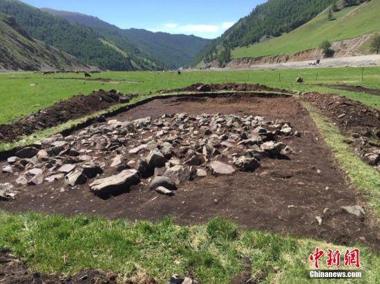 考古队考古发掘新疆和布克赛尔县铁器时代遗址