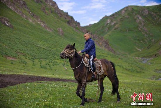 探访新疆土尔扈特后裔的假期生活