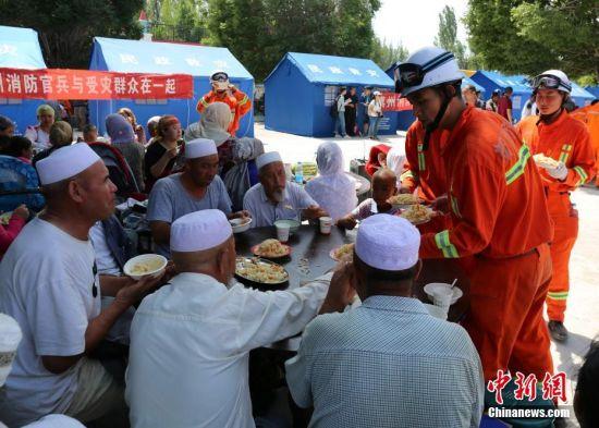 新疆精河6.6级地震 灾区民众吃上震后第一顿饭