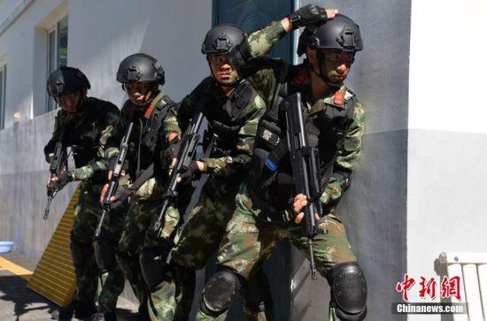 新疆西部边检站官兵酷热天进行演练