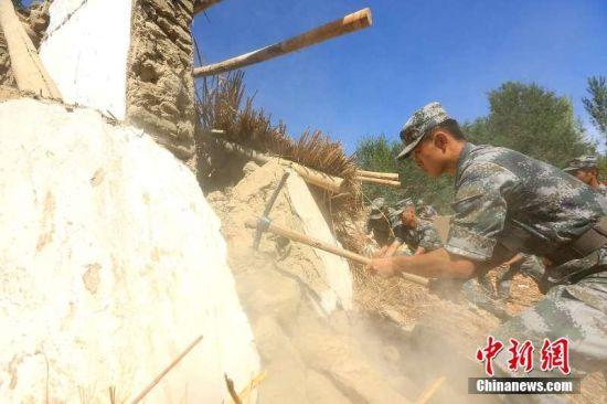 新疆精河6.6级地震 镜头记录新疆兵团抗震救灾工作