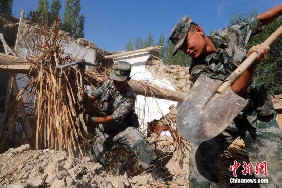 新疆精河县6.6级地震 救援官兵清理倒塌房屋