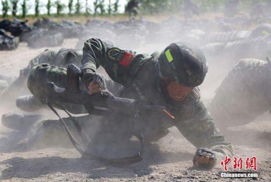 """武警兵团指挥部特战队员上演现实版""""战狼"""""""