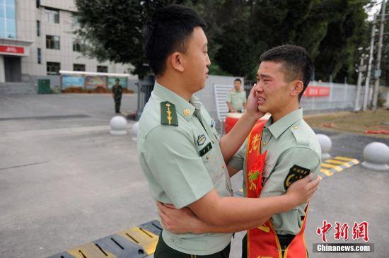 又是一年退伍季 新疆边防老兵热泪惜别