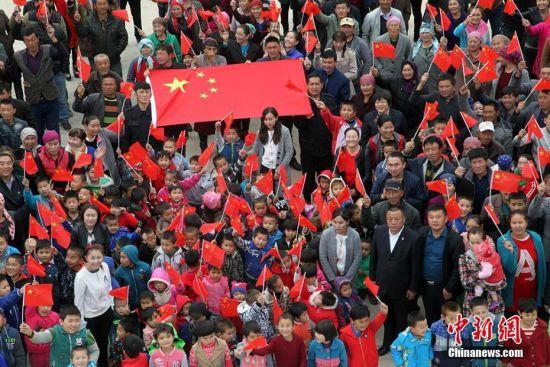 """新疆各地举行""""我与国旗合个影""""活动庆祝新中国成立68周年"""