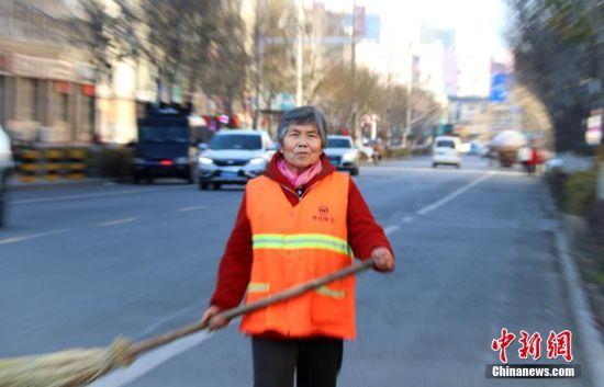 新疆环卫工人许奶奶的重阳节