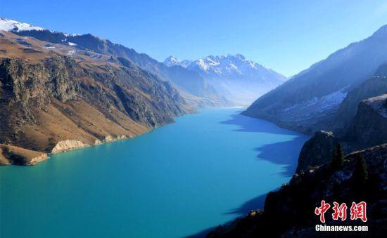 天山深处斑斓多变的高原湖泊