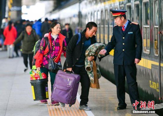 新疆铁路开行首趟务工人员返乡专列 1823人乘专列回家