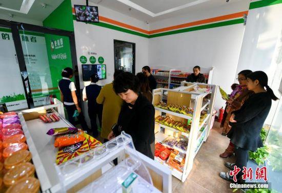 """新疆乌鲁木齐首家""""无人超市""""吸引民众体验"""