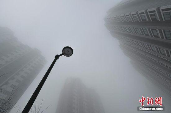 乌鲁木齐大雾来袭 高层楼宇隐身