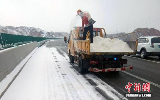 新疆克州境内道路受降雪影响 公路人坚守清雪一线保顺畅