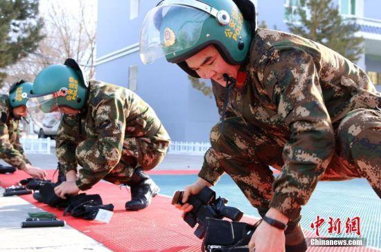 新疆北部边防官兵趣味训练迎新年