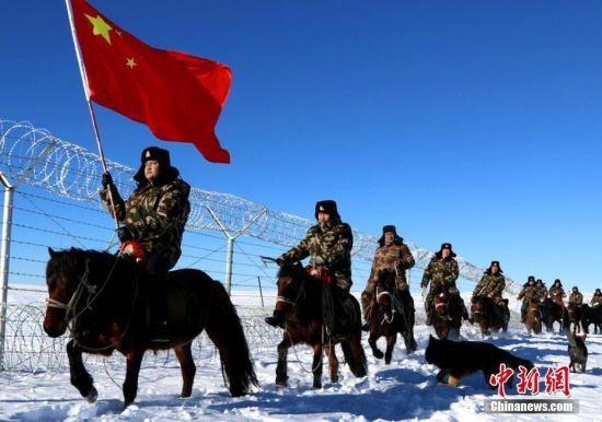 新疆北部边防官兵踏雪巡边