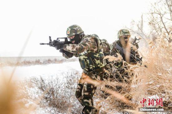 新疆边防官兵冒零下30℃严寒开展实战化训练