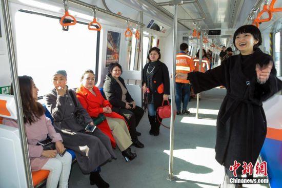 乌鲁木齐即将进入地铁时代 民众登车感受建设进度