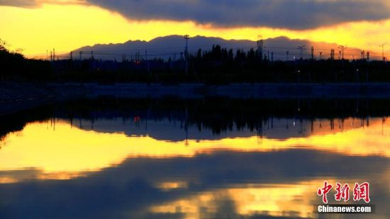 新疆托克逊白杨河畔傍晚红霞满天美如画卷