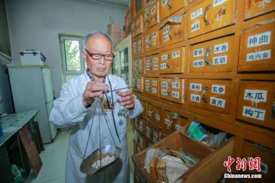 新疆村医近60年的坚守 见证时代的变迁