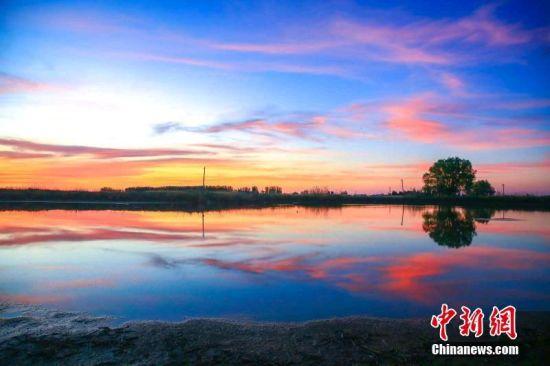 夕阳下新疆玛纳斯湿地像缤纷梦境