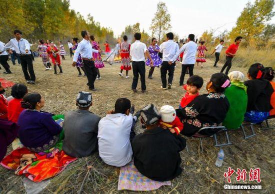 新疆阿瓦提乡间密林中的刀郎麦西莱甫
