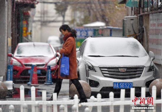乌鲁木齐浓雾过后迎风雪 新疆天山南北大幅降温