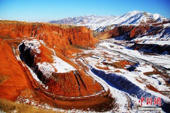 新疆昌吉努尔加大峡谷丹霞地貌雪景色彩斑斓