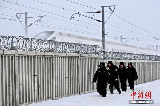七级大风零下15℃ 新疆铁警徒步巡查25公里