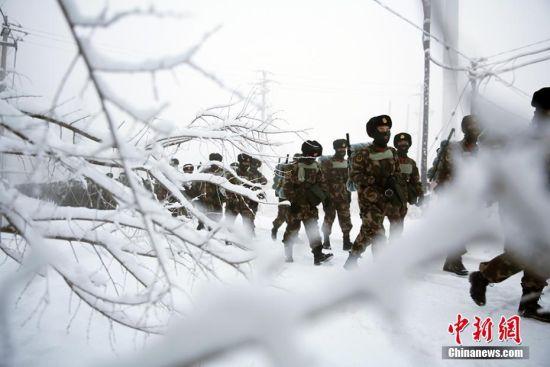 冰天雪地新疆武警开展新兵野营拉练