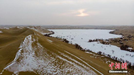 新疆尉犁县境内塔克拉玛干沙漠雪景美如画