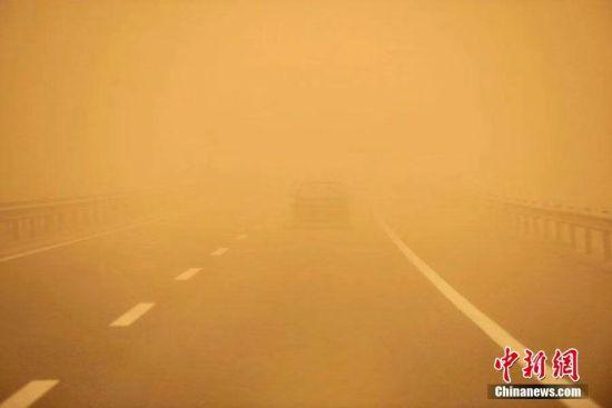 新疆鄯善出现沙尘暴天气 能见度低学校放假