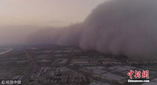 """航拍新疆阿拉尔遭遇强沙尘暴 """"沙墙""""在城市中推进"""